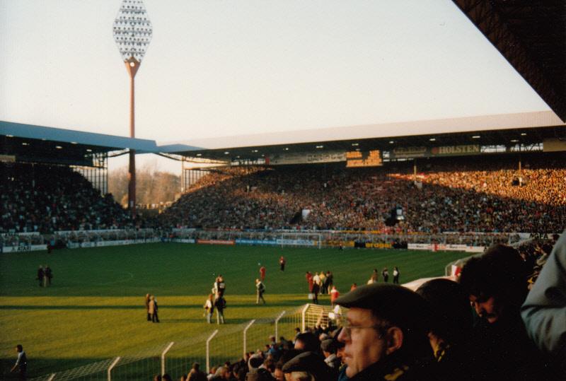 Und noch einmal das alte Westfalenstadion (mit Flutlichtmast)
