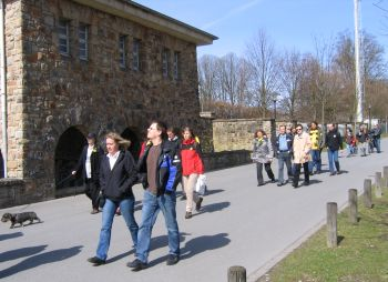 Czerkus Lauf 2010 - Die Wanderer starten an der Roten Erde