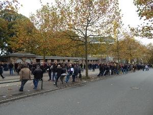 Wartende BVB-Fans vor der Roten Erde