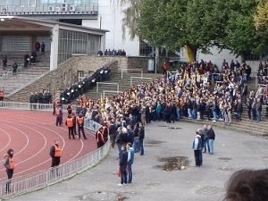 Drin aber noch keine Bewegungsfreiheit - Dortmunder Fans nach Anpfiff