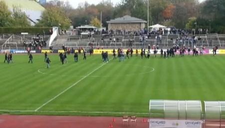 BVB-Fans vor dem Gästeblock in der Roten Erde