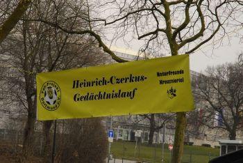 Das Banner des Heinrich-Czerkus-Laufs vor der Roten Erde