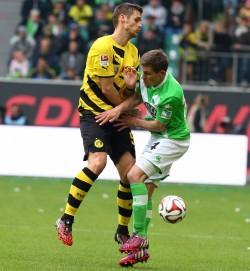 Sebastian Kehl gegen den Wolfsburger Sebastian Jung