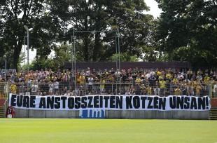 Protest der BVB-Fans beim Amasspiel in Düsseldorf - auf einem Montag