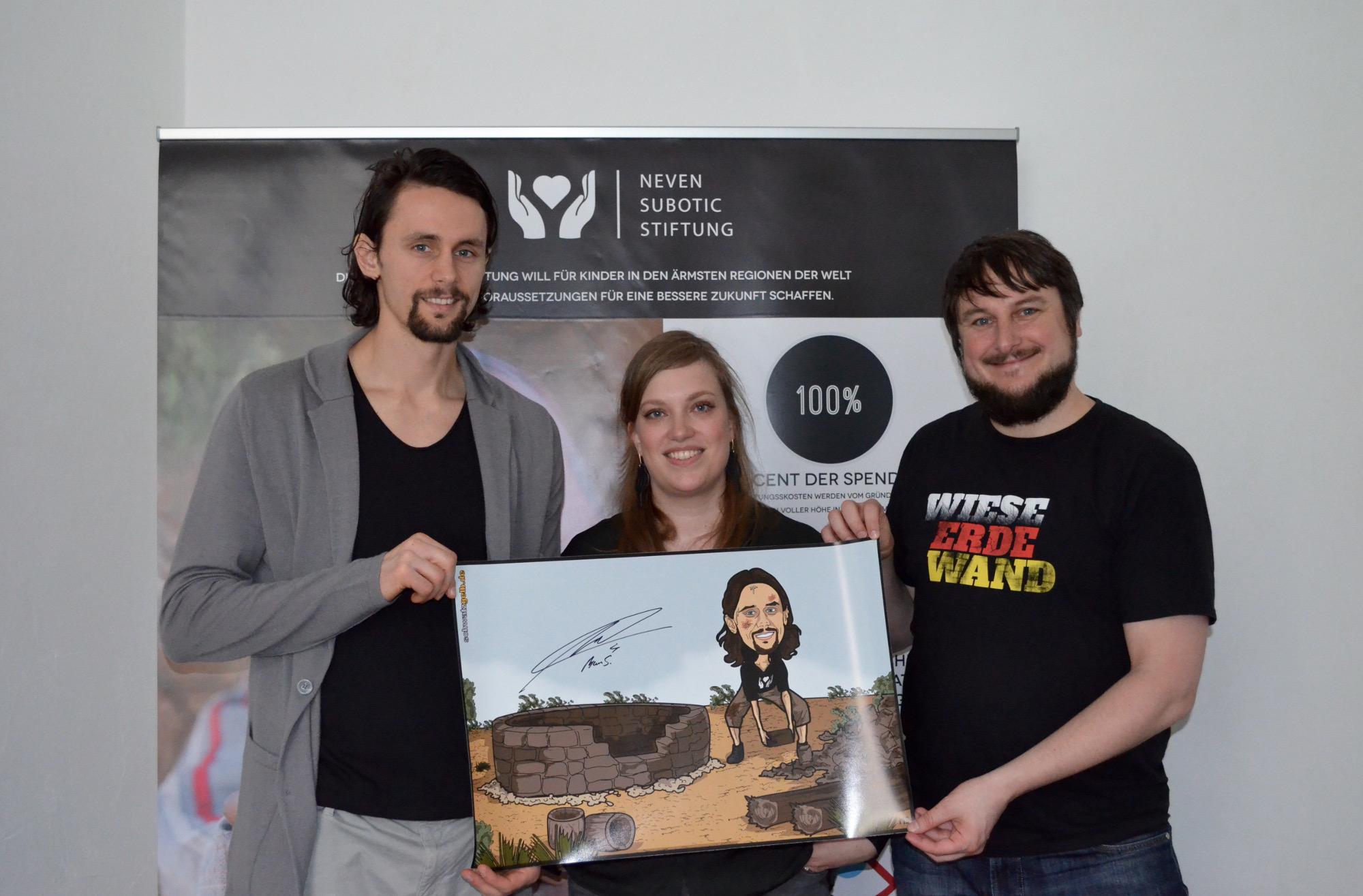 Neven übergibt das Poster an Annika