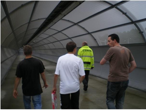 Ein Tunnel führt die Fans in Rotterdam vom Bahngleis zum Gästeblock