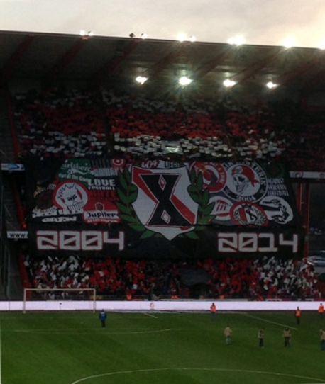 Choreo von Standard-Ultras PHK (Publik Hysterik Kaos) beim Spiel Lüttich - Gent