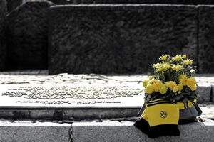 """Gedenktafel in Birkenau: """"Dieser Ort sei allzeit ein Aufschrei der Verzweiflung und Mahnung an die Menschheit."""""""