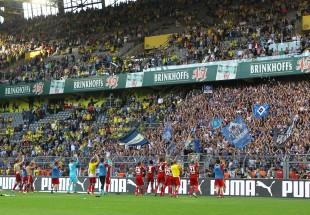 Die Hamburger Spieler feiern mit ihren Fans