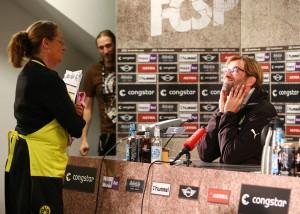 Unser Trainer erlebt vor der Pressekonferenz dann noch eine ganz spezielle Situation