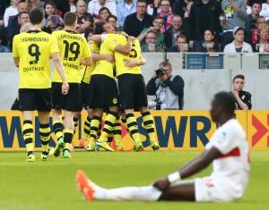Der VfB am Boden - der BVB feiert Marco Reus