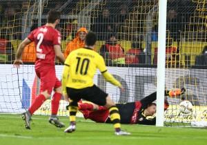 Dann legt sich der VfB das 3-1 selbst ins Tor