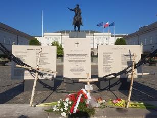 Drei Gedenktafeln für Kaczynski, zwei weitere rechts daneben