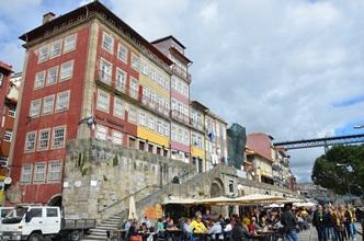 Als die Sonne doch noch herauskam, säumten hunderte BVB-Fans die Touristengegend Ribeira