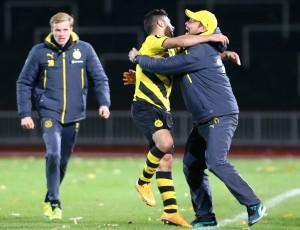 Kefkir bejubelt mit seinem Trainer das 2-0