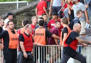 Ordner reagieren auf Regensburger Unmut