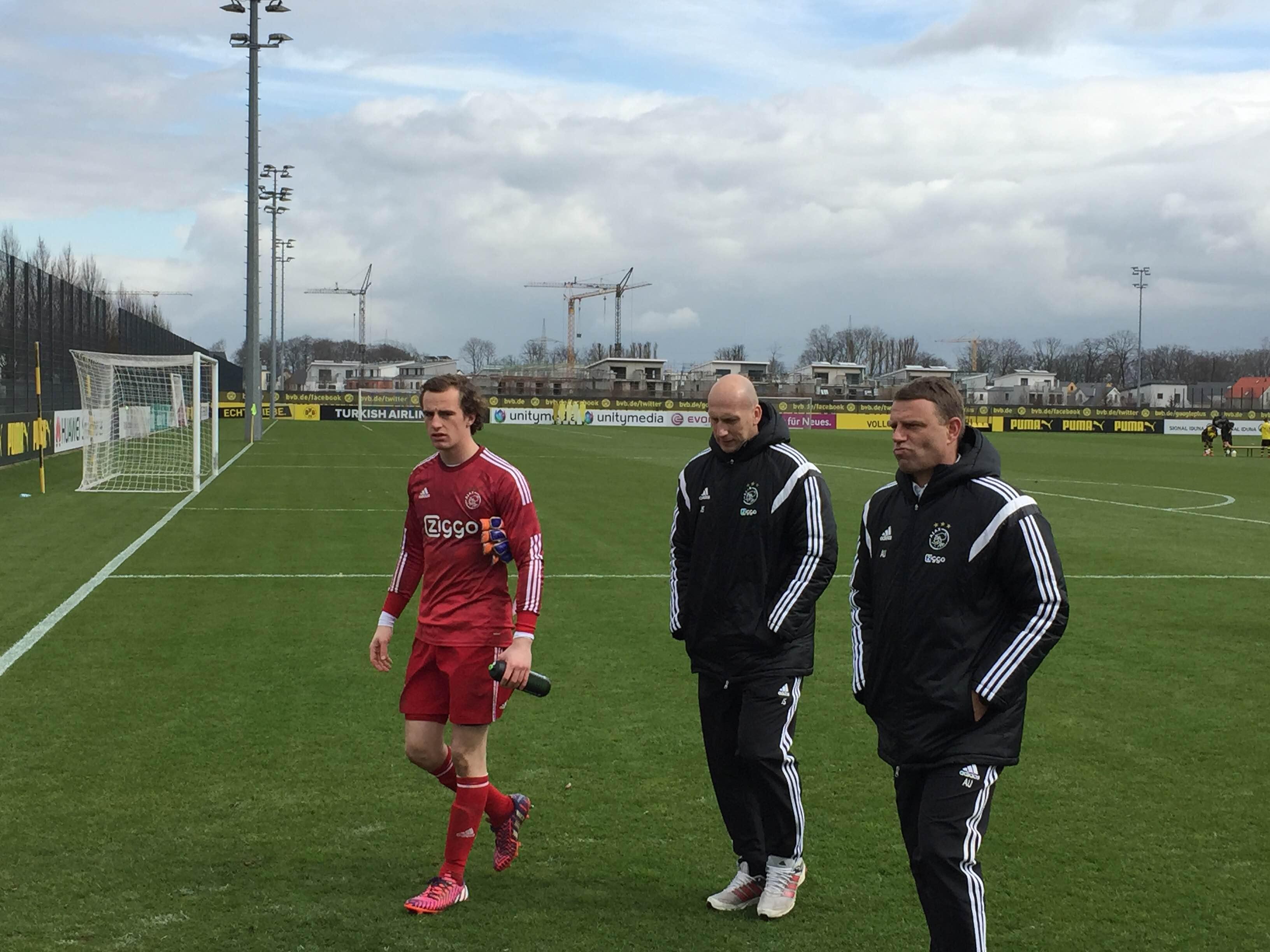 Abwehrlegende Jaap Stam (Mitte) trainiert jetzt Jong Ajax