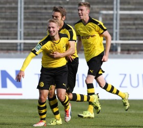 Matchwinner Hanke feiert mit Eberwein und Dieckmann