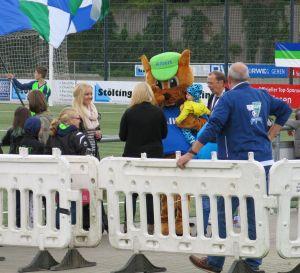 Albert das Eichhörnchen geht auf Tuchfühlung zu den jüngsten Fans des FC Kray