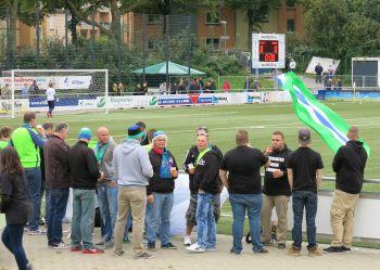 Supporters Kray lassen ihre Fahne wehen.
