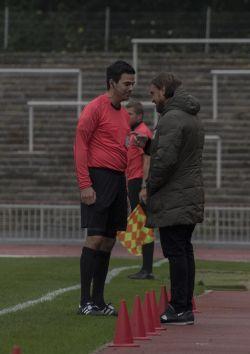 Schiri Bläser arrogant im Zwiegespräch mit Coach Farke