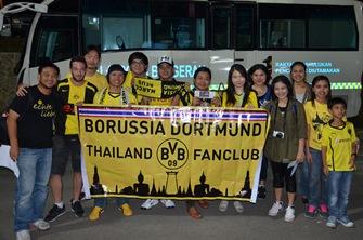Glücklich am Stadion: BVB-Fans aus Thailand