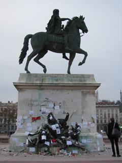 Denkmal von Louis XIV: Briefe und Kerzen erinnern an die Opfer von Paris