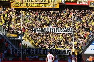 """""""Fußball ist Fußball - Rassismus bleibt Rassismus"""" im Gästeblock in Köln"""