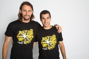 Auch die Spieler machen mit - Neven und Henrich im Stiftungs-Shirt