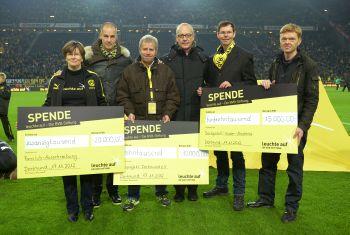 Zum Start der Stiftung werden Schecks im Westfalenstadion übergeben