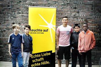 Reporter der Youngsters-Akademie mit BVB-Jugendspieler Hayrullah Alici
