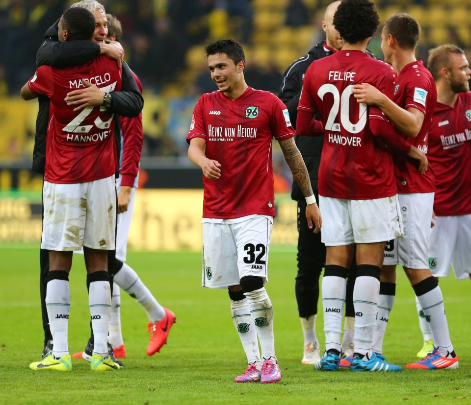 Bittencourt im Kreise seiner Teamkollegen bei Hannover 96