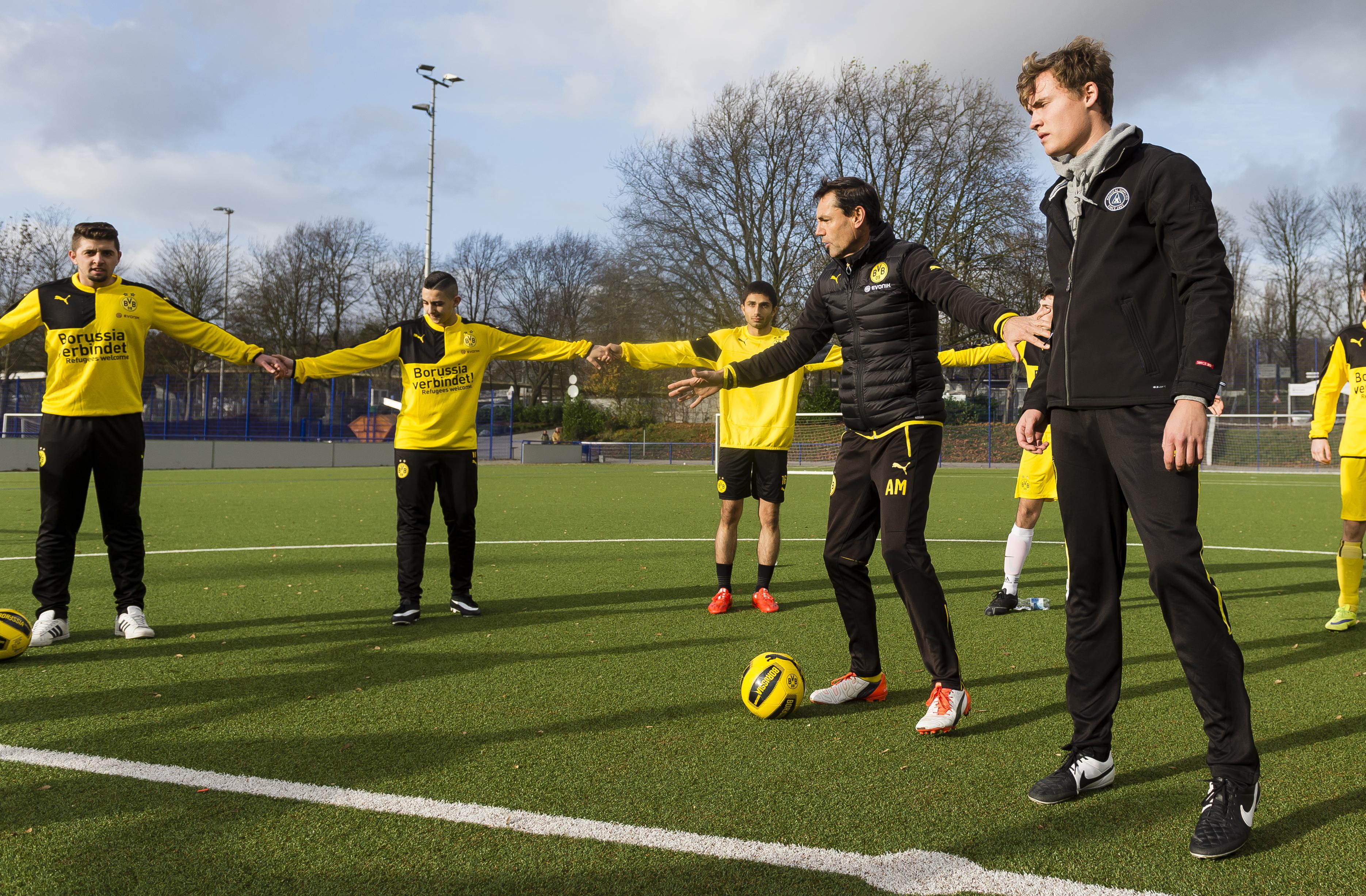 """Arno Michels trainiert Flüchtlinge für """"Willkommen im Fußball"""""""