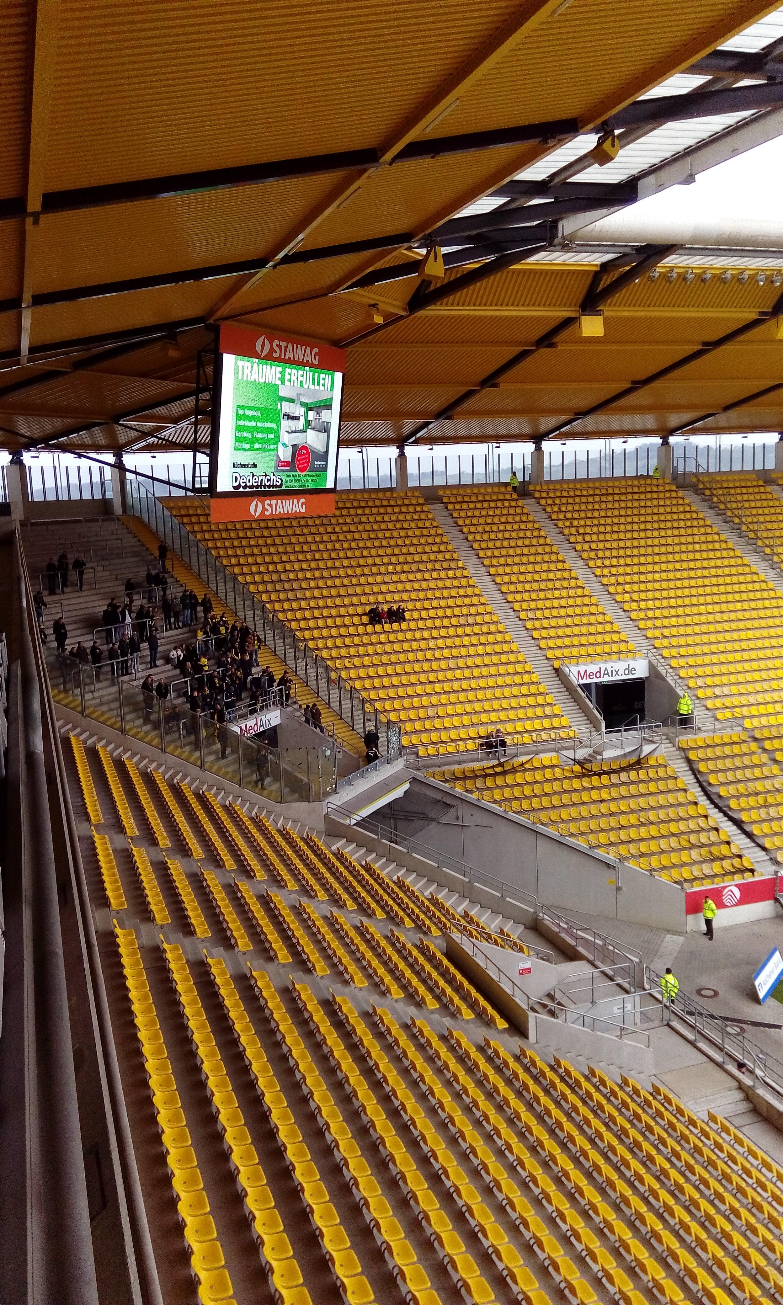 Ein paar dutzend BVB-Fans waren in Aachen dabei.