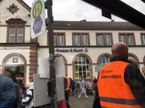 Viele Fans reisten mit der Bahn an und durften in Rastatt in Busse umsteigen