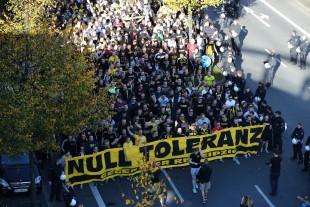 """Unter dem Motto """"Null Toleranz gegenüber RB Leipzig"""" zogen tausende Fans zum Westfalenstadion"""