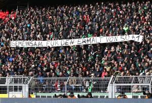 Auch die Hannoveraner Fans zeigten ein Spruchband zum Thema 50+1