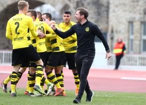 Die Freude muss raus: Trainer Jan Siewert beim 1:0