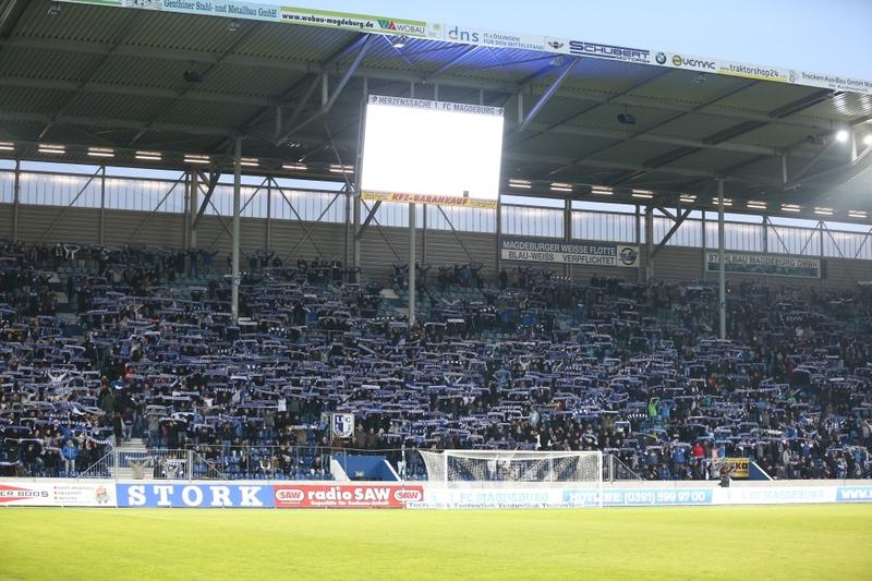 Die Magdeburger Fantribüne beim Testspiel 2015.